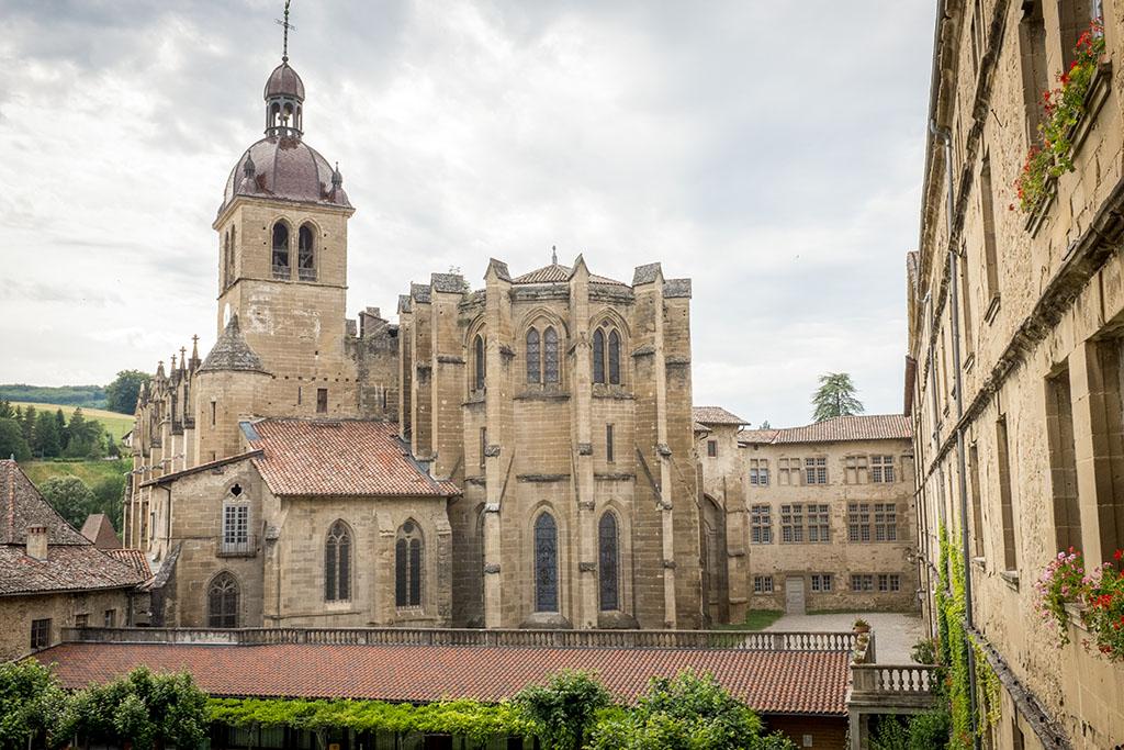 Vue sur l'abbaye depuis un couloir de l'Arche.