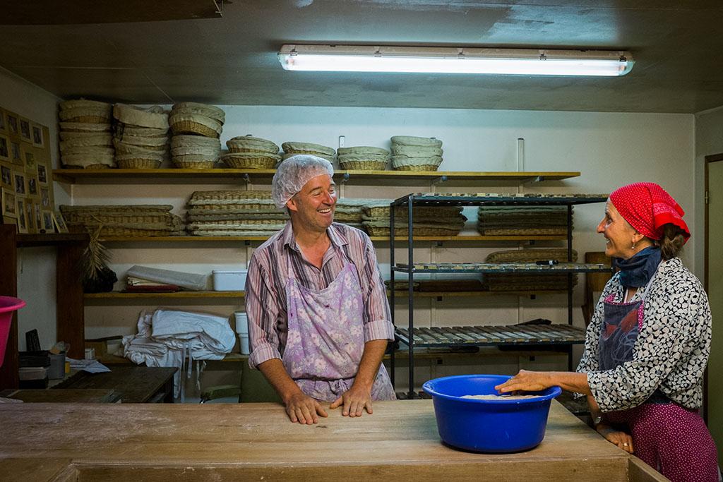 Bernard, ancien boulanger du village, qui, lors d'un séjour à L'Arche, a décidé de s'installer et de reprendre la boulange ici.
