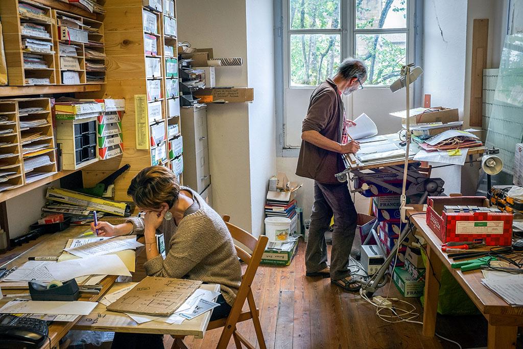 Serge, (engagé) et Mathilde (en séjour) dans le bureau administratif. Toutes les compétences sont les bienvenues pour participer aux différentes tâches de la communauté.