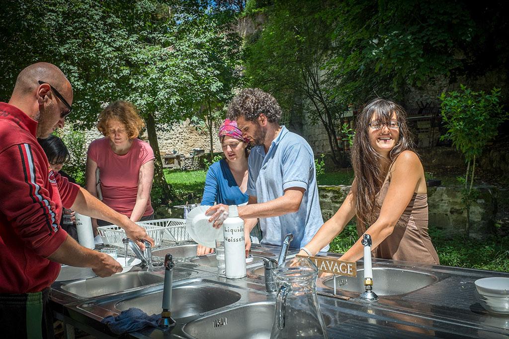 Après le repas collectif, chacun fait sa vaisselle. Lorsqu'il fait beau, tout se fait dans le jardin.