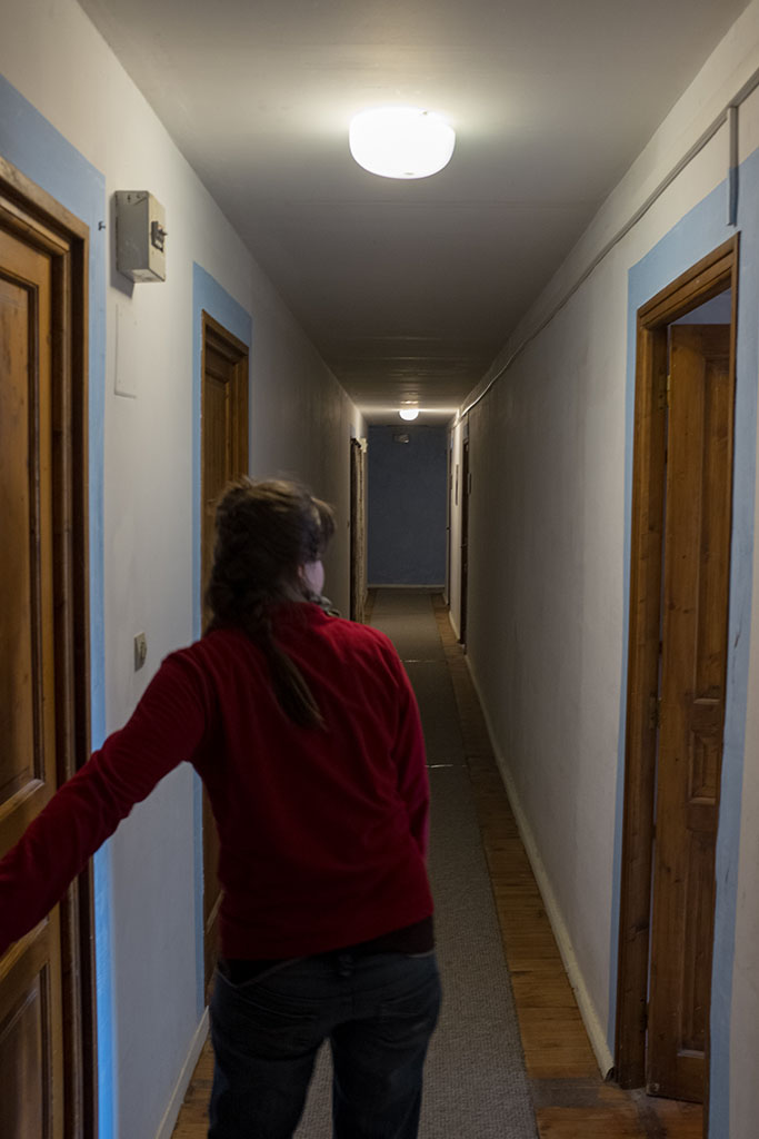 Dans un couloir où se trouve les appartements d'habitants (engagés et féveurs).