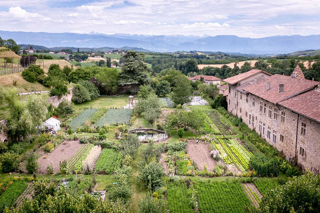 Vue sur le jardin et les Alpes depuis l'appartement d'une famille participant à la formation Fève.