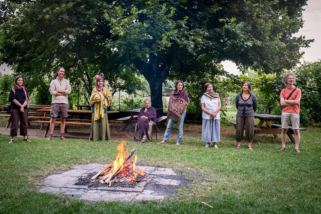 Célébration de fin de semaine autour du feu.