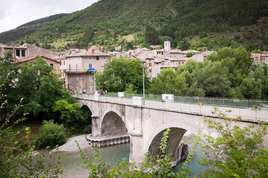 Vue sur Saillans depuis la berge de la Drôme.