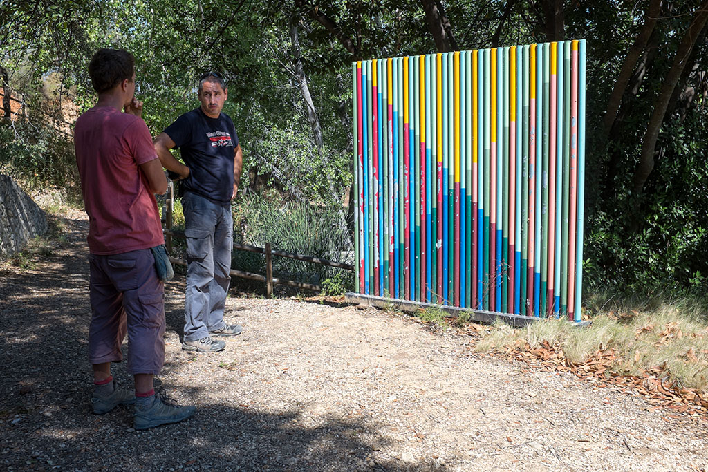 Kike et Damien devant une oeuvre sur le parcours artistique qui borde les aqueducs millénaires.