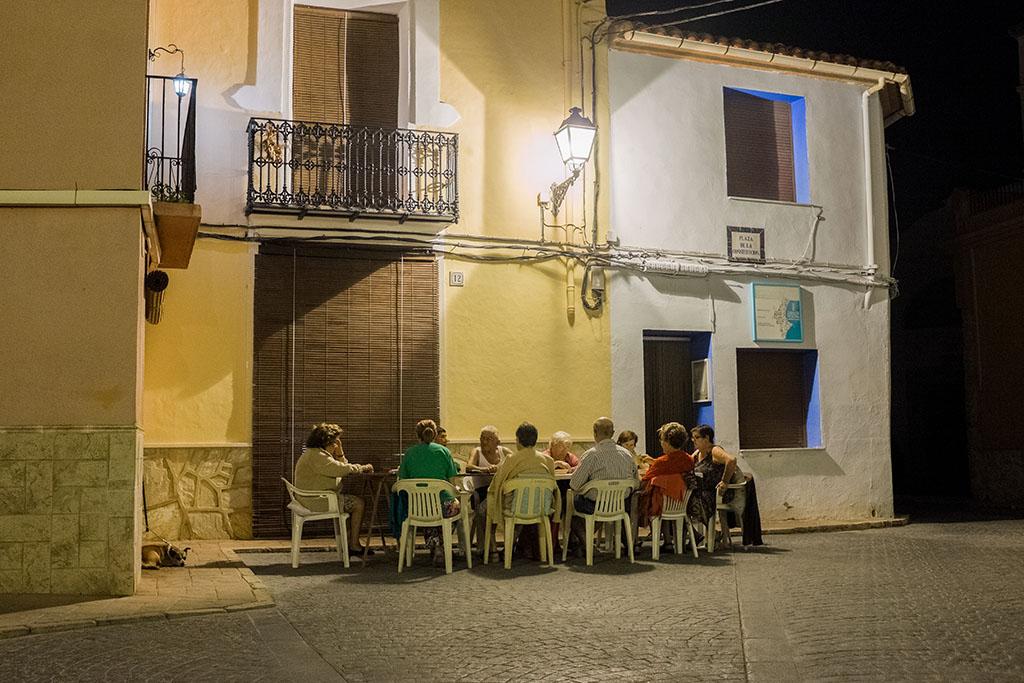 Les habitants se retrouvent jusqu'à tard le soir, pour profiter de la fraicheur nocturne.