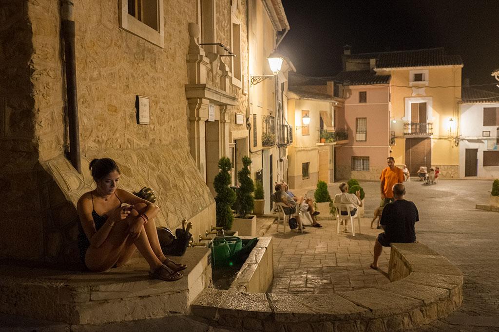 La place du village est le lieu de sociabilisation dès la nuit tombée.