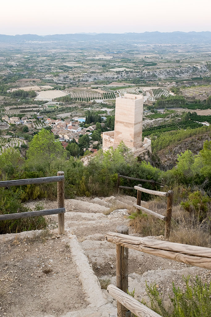 Vue sur le village depuis les contreforts du parcours artistique du haut.