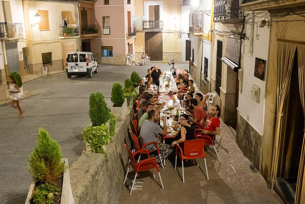 Quasiment tous les mois, les habitants se réunissent autour d'un repas partagé pour discuter des affaires du village.