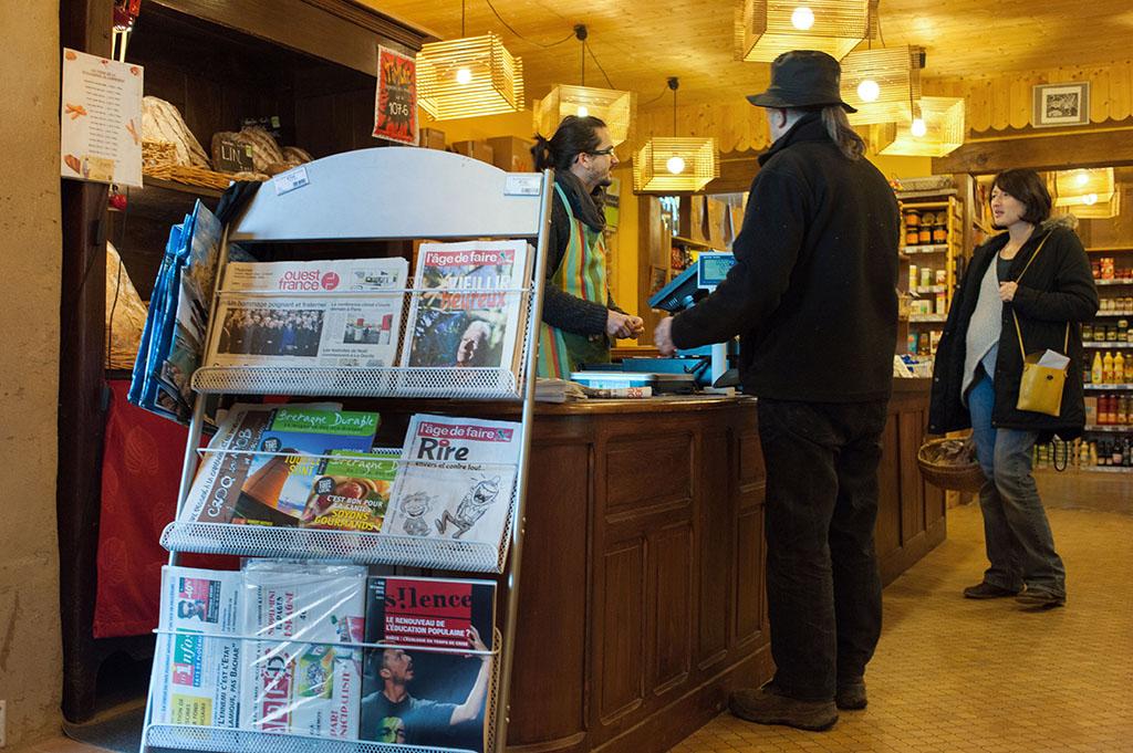 """L'épicerie propose toute une gamme de produits, du pain, des fruits secs, entre autre et différents journaux, du quotidien local aux mensuels alternatifs tels que """"L'âge de faire"""" ou """"Silence""""."""