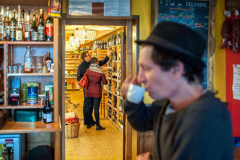 Une simple porte sépare Le Garde-manger de L'Estaminet, le bar associatif.