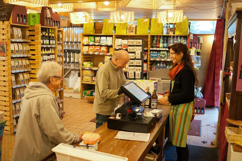 En tant que seule épicerie du coin, et proposant des produits pour tous les gouts et toutes les bourses, Le Garde-manger est un lieu de sociabilisation et de rencontre.