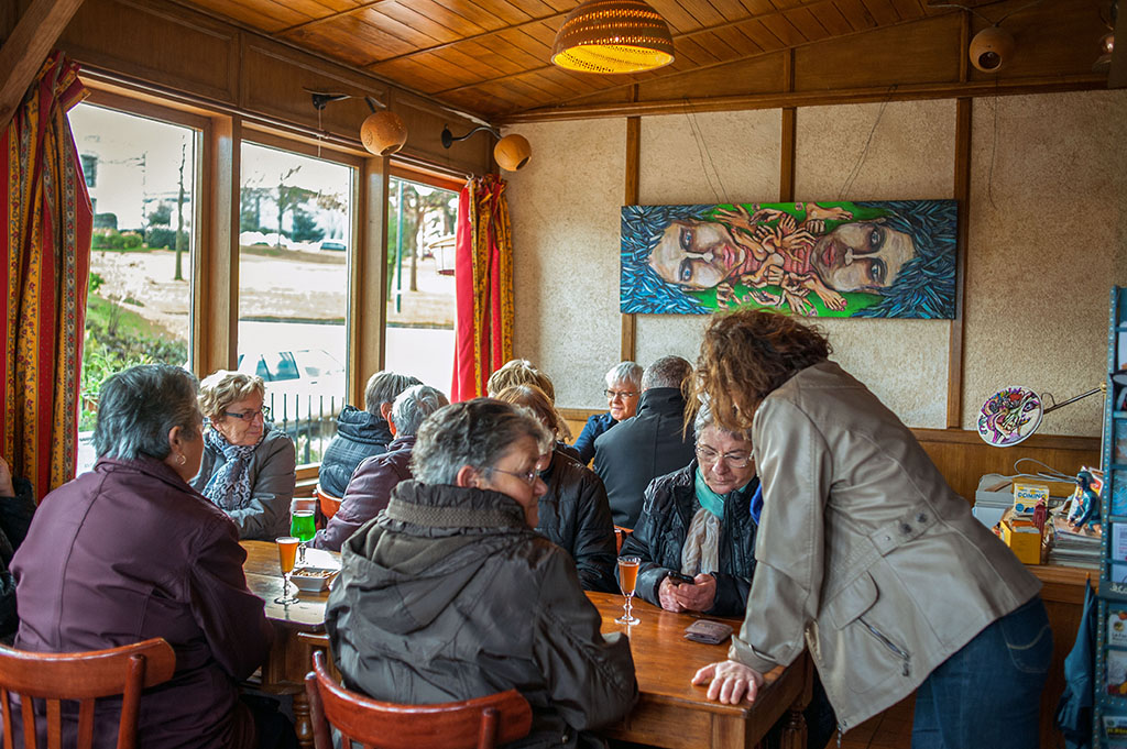 A L'Estaminet, chaque association, groupe, collectif a ses habitudes. Ici, un groupe de femmes de la commune se retrouve tous les dimanche matin, leurs maris étant ensemble à l'autre bout de la salle.
