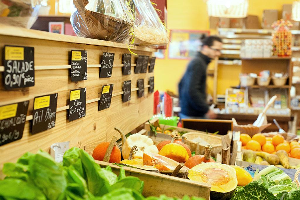 L'épicerie propose des légumes bio et des légumes issus de l'agriculture conventionnelle.
