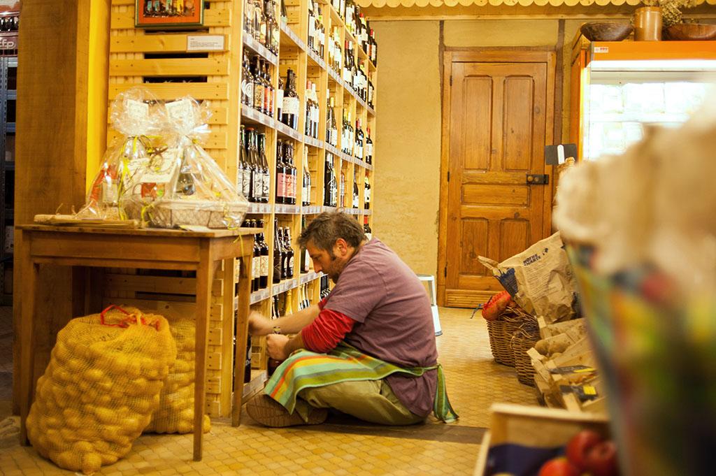 Yannick , l'un des 4 salariés de l'épicerie.