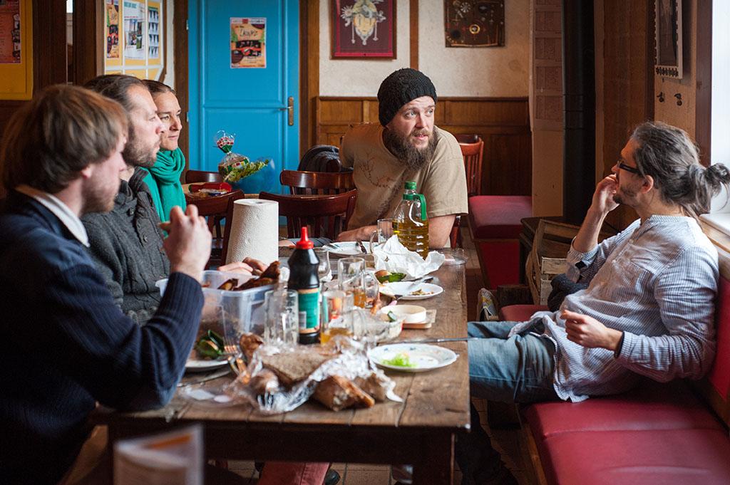 Le repas du midi se fait avec l'ensemble des salariés présents sur les différentes activités.