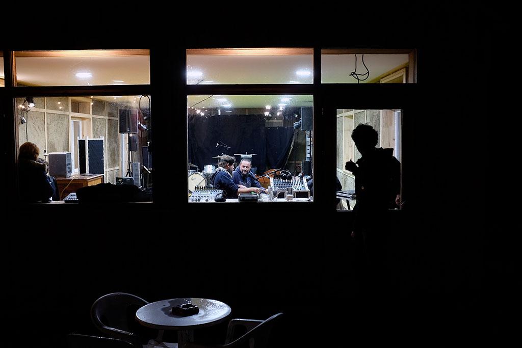 Timbre FM fait une émission en direct de la nouvelle salle commune de la coopérative.