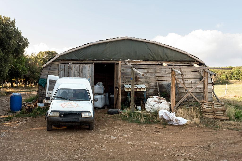 Le hangar pour les animaux (chèvres et moutons) et la traite.