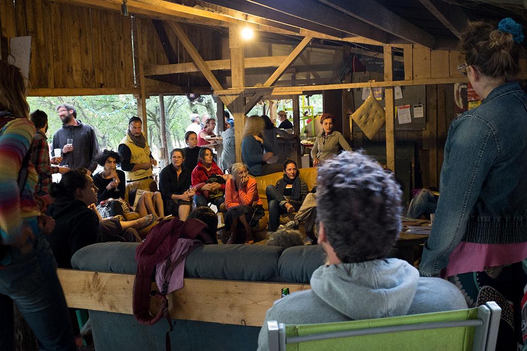 Tous les lundis, les usagers du camping sont invités à se réunir pour établir le programme hebdomadaire (animation, gestion de l'entretien) du camping.