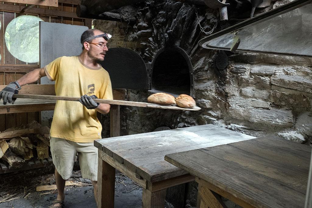 Tous les vendredi, un boulanger du réseau vient faire du pain qui est vendu au camping.