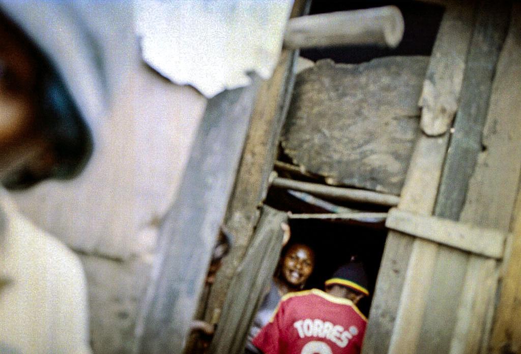 Un client entre dans le pasazy. La baraque où elles vivent avec leurs enfants. Ici elle est composée 4 bâtiments en bois, plastique, tôles et autres matériaux de récupération dont chaque bâtiment à un étage sont séparés en 9 logements d'une ou plusieurs pièces.