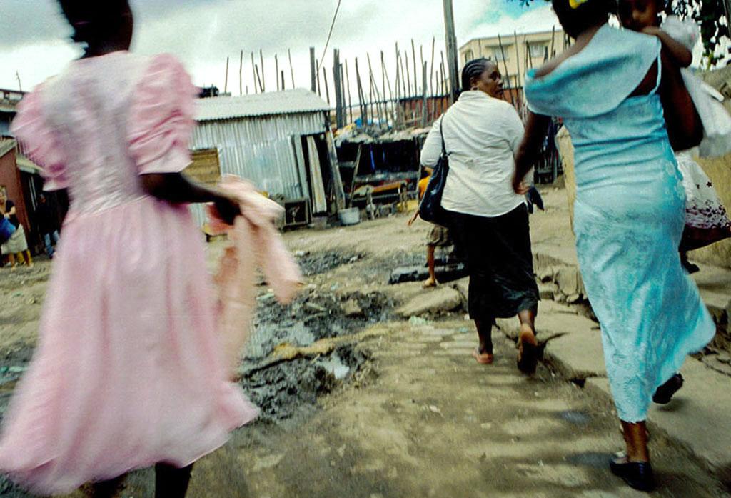 Une femme emmène ses 3 enfants (S., V. et A.) à la messe.