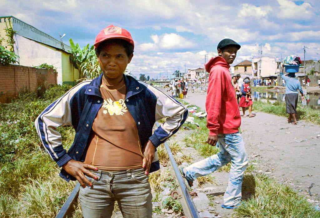 Les femmes de la communautés sont fréquemment pointées du doigts par les habitants du quartier.